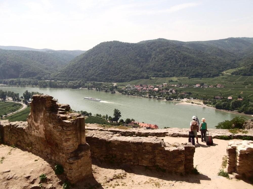 Blick von der Ruine Dürnstein auf die Donau inklusive Touristen mit Trolleykoffer.