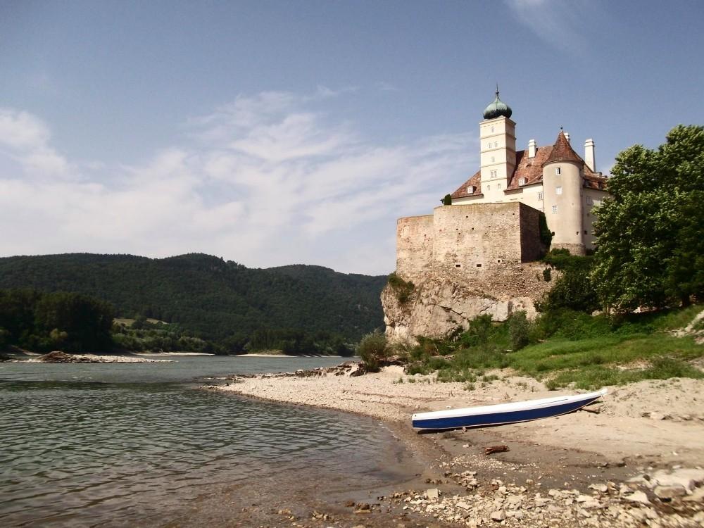 Das Schloß Schönbühel thront über der Donau, als würde es schon immer hier stehn'.