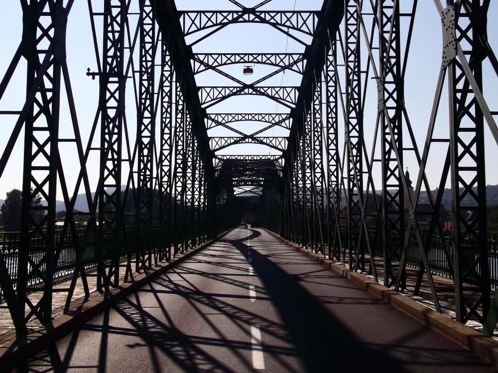 Ein autofreier Schnappschuss auf der Donaubrücke bei Mautern ist harte Arbeit.