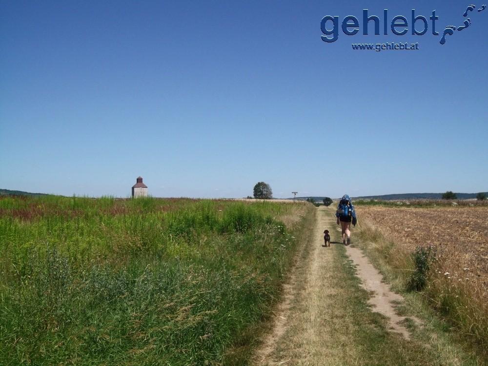 Wer schon einmal am spanischen Jakobsweg unterwegs war, kann durchaus landschaftliche Parallelen erkennen.