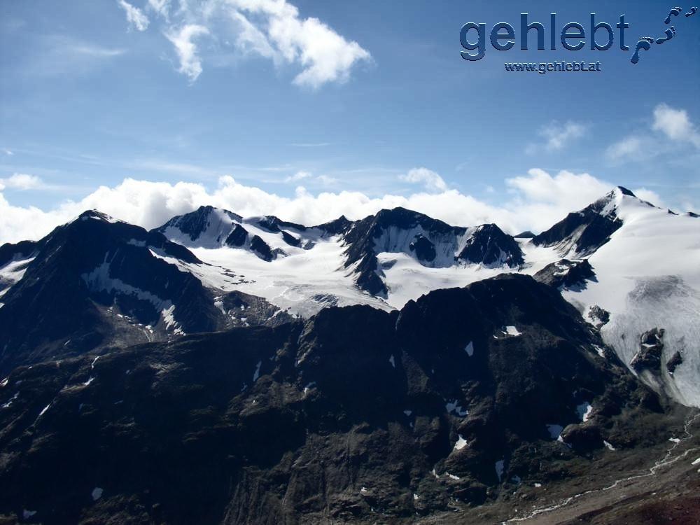 Am rechten Bildrand der Similaun-Gipfel und Grenzverlauf in den Ötztaler Alpen zu Italien.