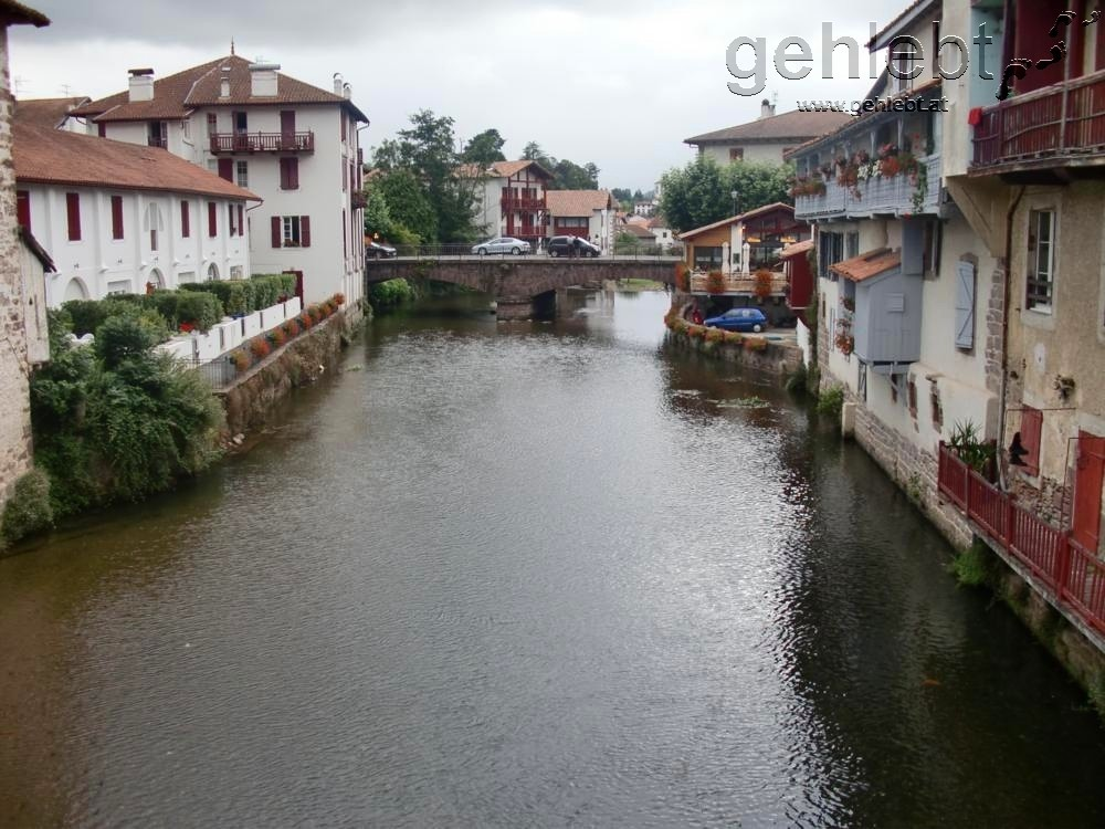 Über den Fluss La Nive de Béhérobie verlässt man den Stadtkern.