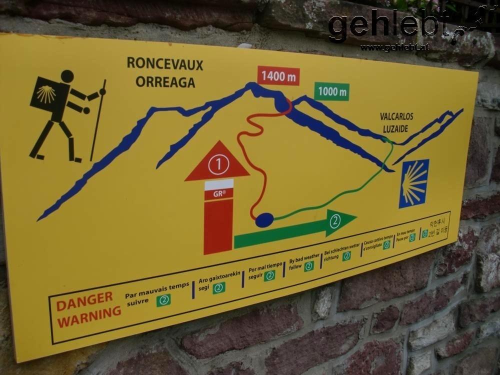 Nun, lieber Pilgermensch, musst du dich entscheiden (nimm den roten Weg, auch wenn das Wetter zum Fürchten ist).