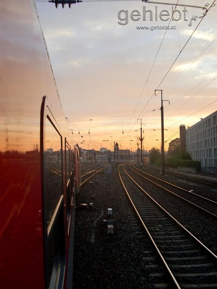 Die ersten Sonnenstrahlen in Frankreich vertreiben kurzzeitig den Zugsabteil-Geruch.