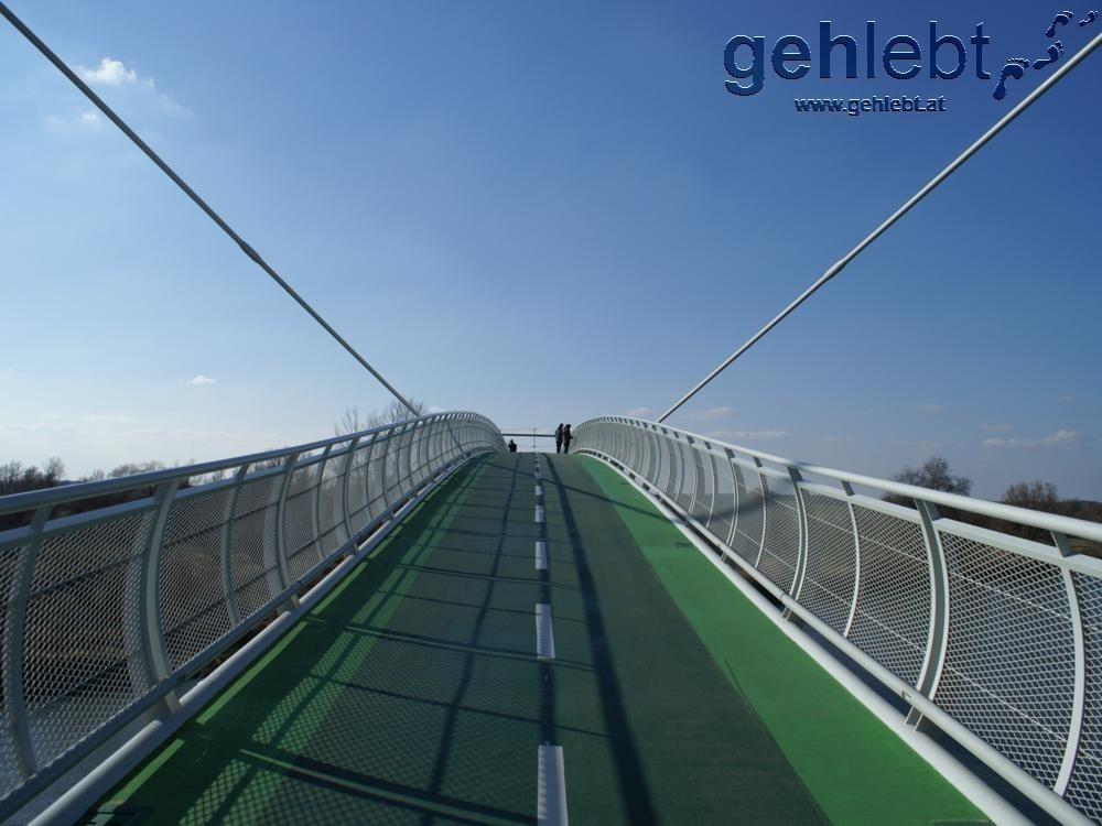 Die seit 2012 bestehende Brücke der Freiheit über die March verbindet Schloss Hof im Marchfeld und Devinska Nova Ves in der Slowakei.