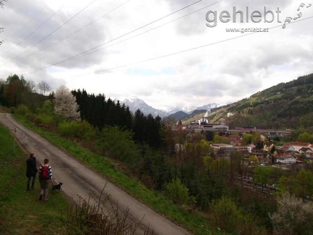 Ausblick auf den Industrieort Donawitz und die weißen Kuppen der Eisenerzer Alpen.
