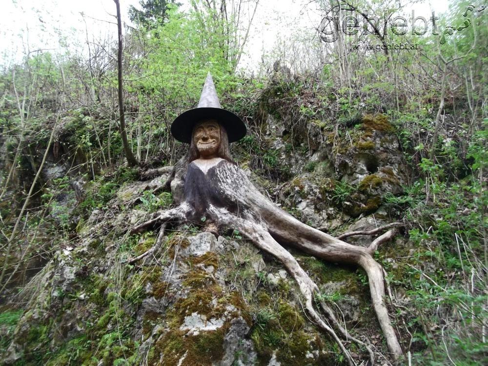 Die Waldhexe bewacht den Zugang zu den Kletterfelsen.