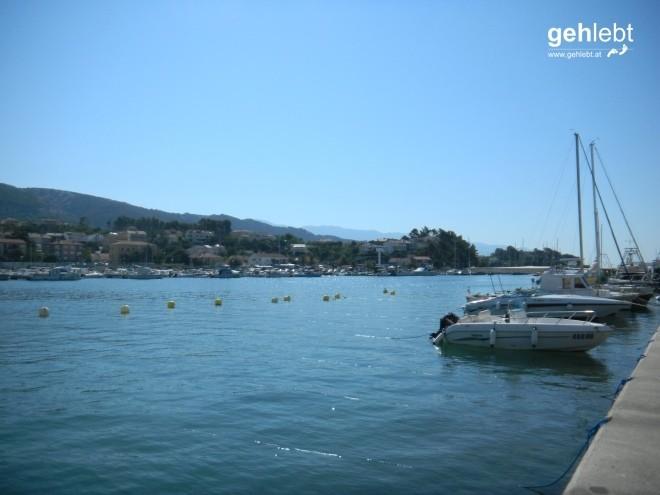 Am Hafen in Rab startet die sonnige Tour.