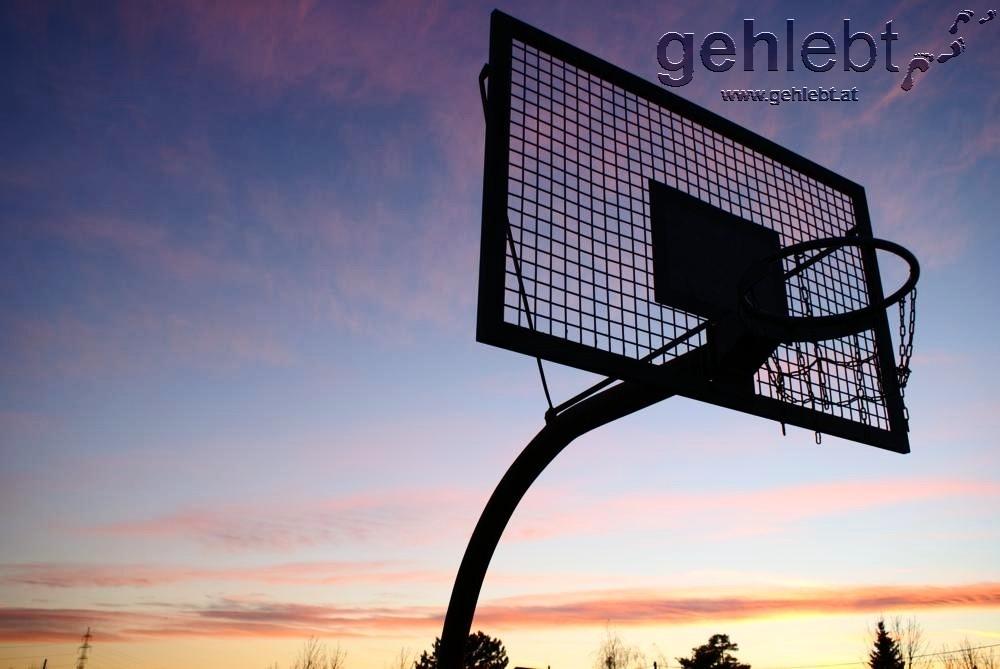 Zur Abendstunde sind die Spielplätze verlassene Gelände - hier in Essling.