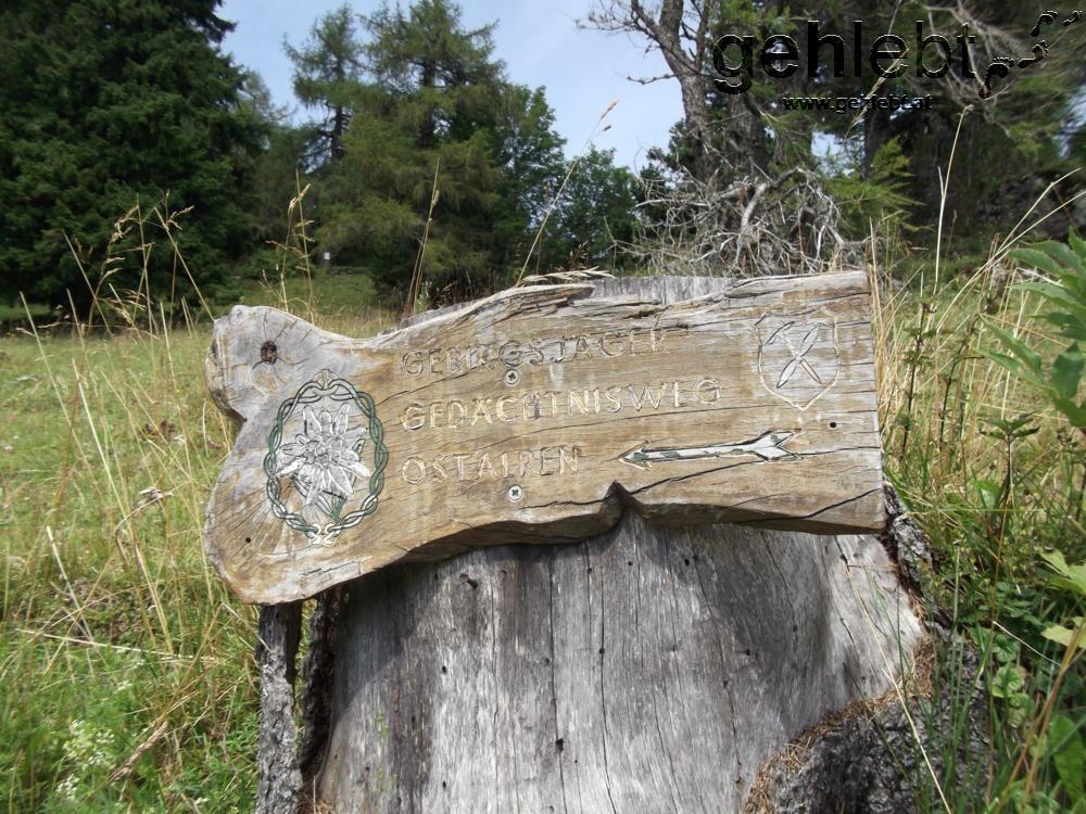 Eines der wenigen Schilder zum Gebirgsjäger Gedächtnisweg Ostalpen.