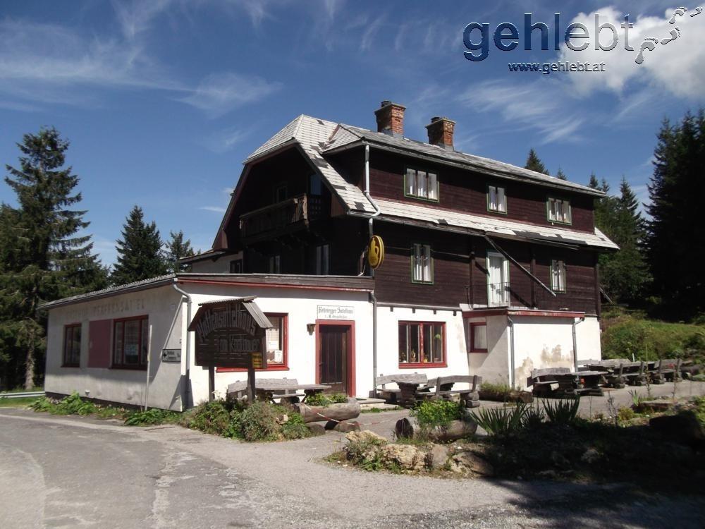 Das ehemalige Gasthaus am Pfaffensattel dient als Ausgangspunkt.