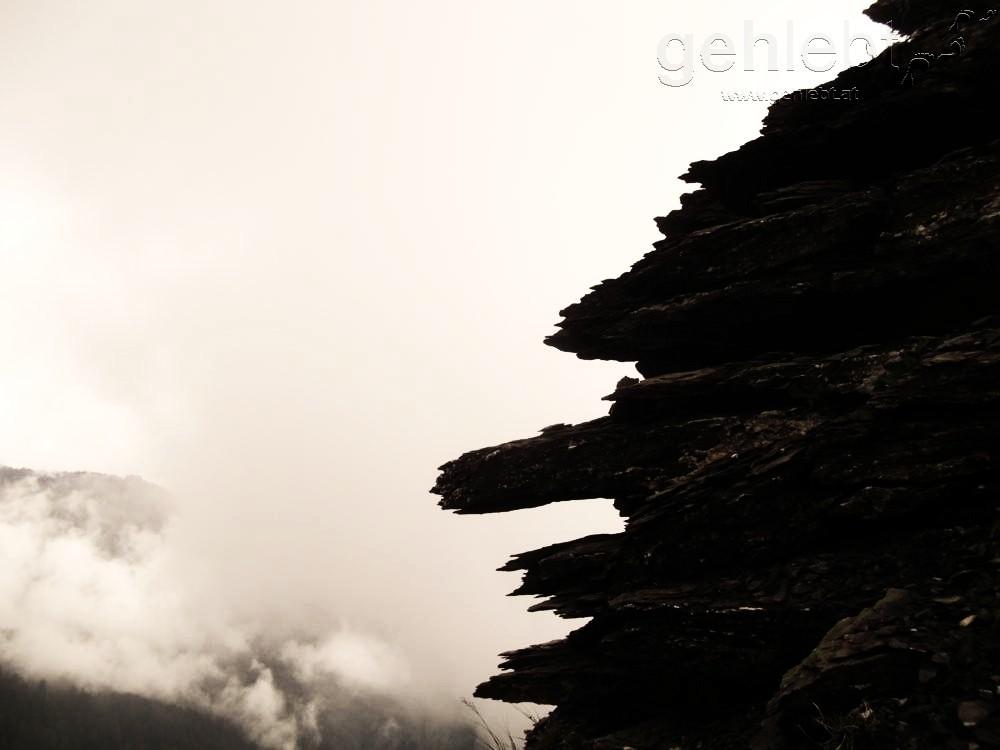 Stein und Wolken