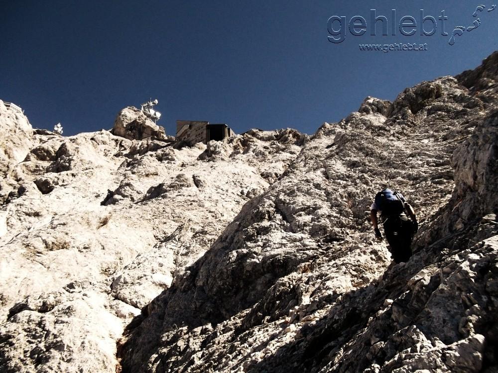Im Stopselzieher-Klettersteig mit Blick auf das alte Diensthaus.