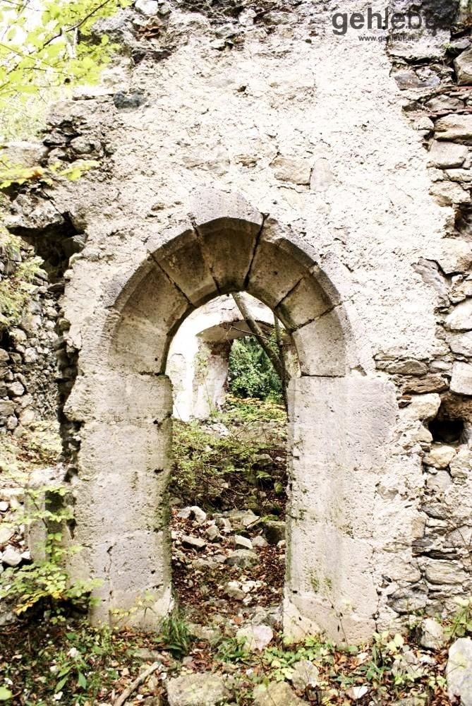 Gotischer Eingang in die alte Burgkapelle.