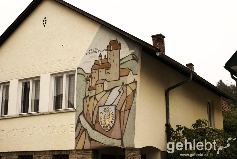 Das Wandbild am alten Kühhaus in Schwarzenbach erinnert an die ehemalige Veste Schwarzenbach.