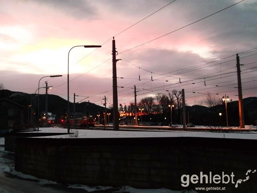 Winterwanderung Naturfreundehaus Knofeleben - frühmorgens am Bahnhof Payerbach-Reichenau