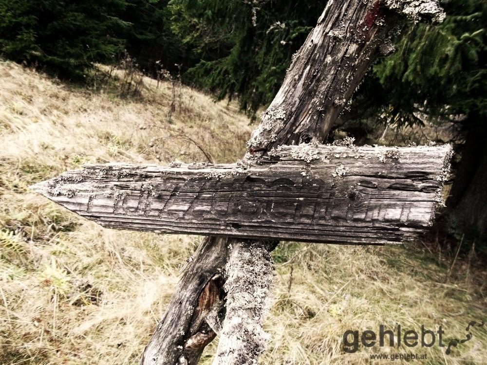 Der Wegweiser ist wohl schon so alt wie die Hütte.
