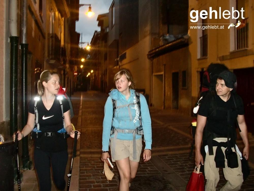 Die Straßenbeleuchtung leuchtete uns den Weg aus Pamplona.