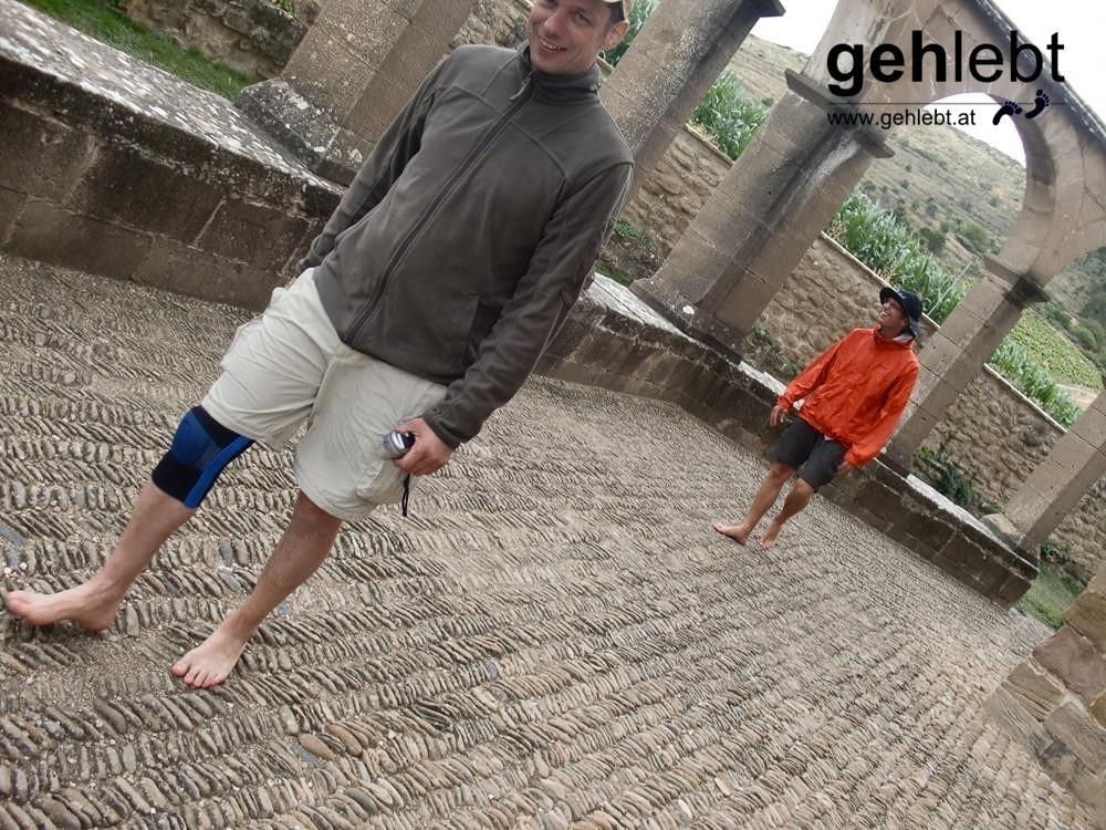 Wer barfuß am Pflaster geht, spürt eine spirituelle Kraft. Manche spüren auch einfach nur ihre Füße.