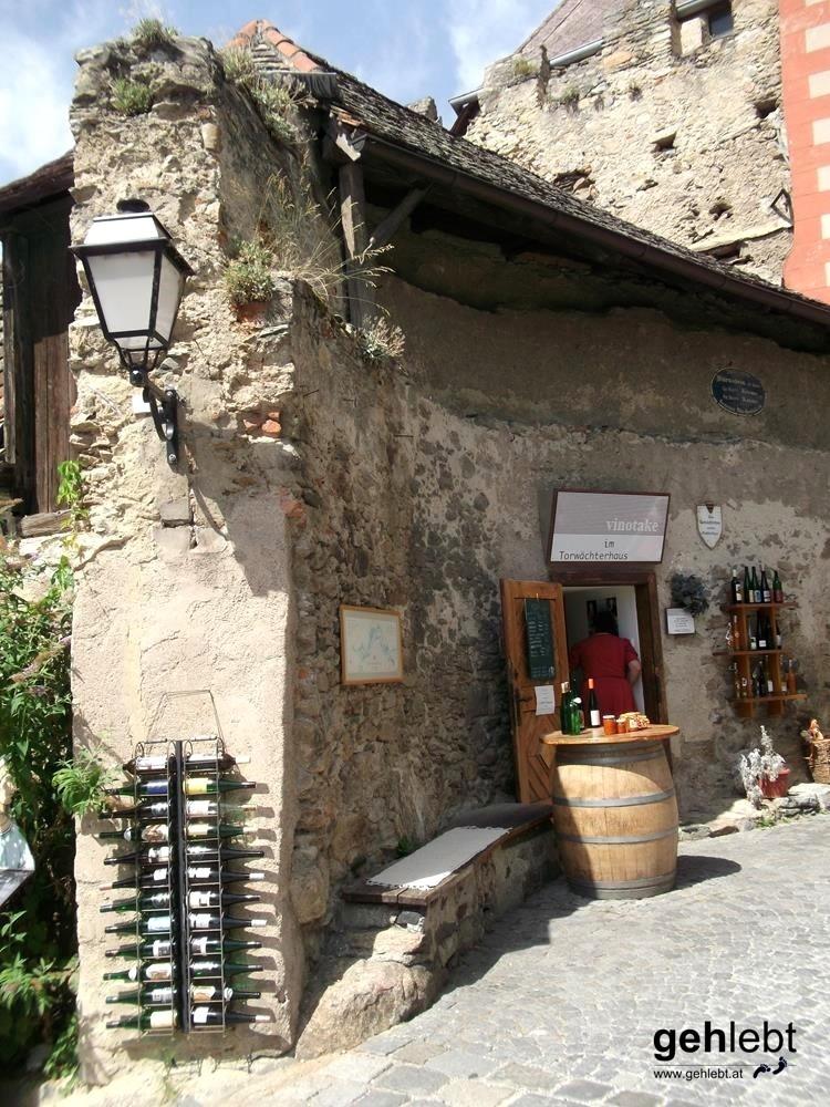 Bevor man die Altstadt von Dürnstein erkundet, kann man, muss man aber nicht, den Versuchungen am Torwächterhaus entkommen.