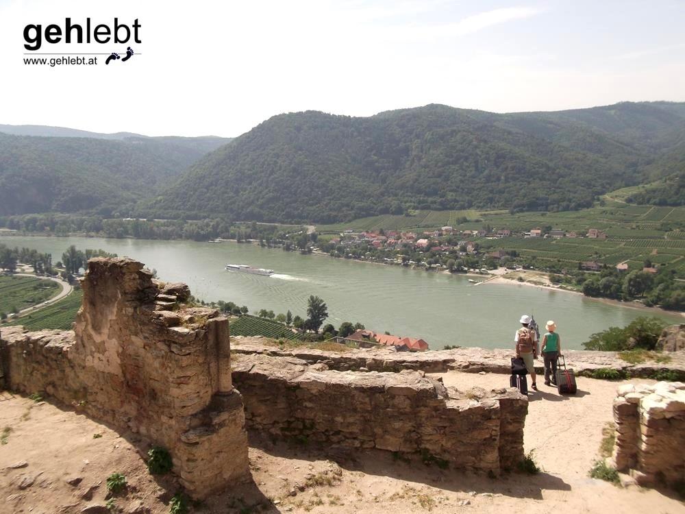 Den Ausblick von der Ruine Dürnstein genießen nicht nur wir, sondern auch Trolley-Touristen.