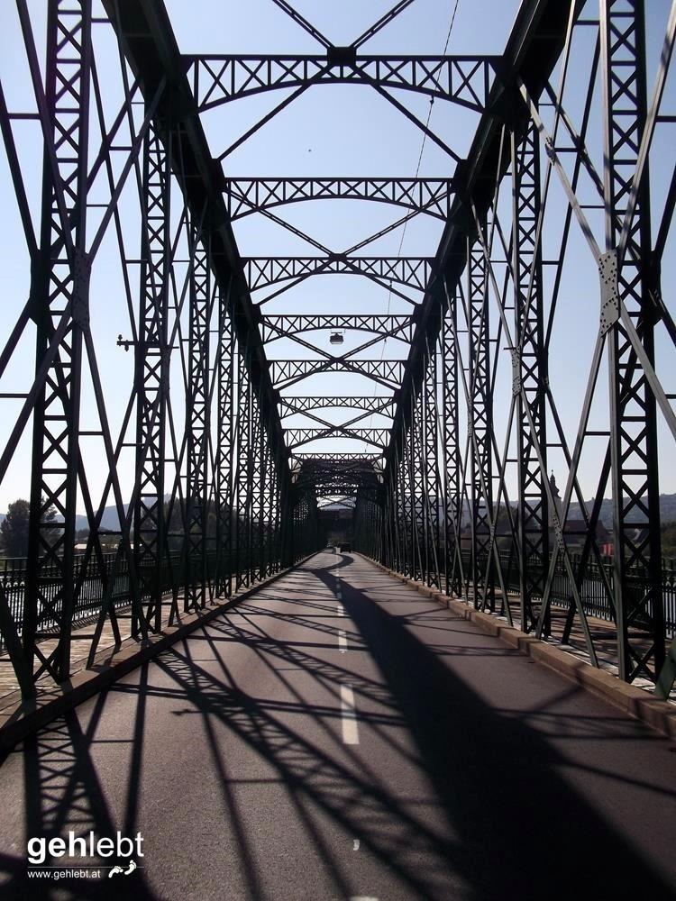 Die Donaubrücke bei Mautern ohne Fahrzeuge. Seltenheitswert.