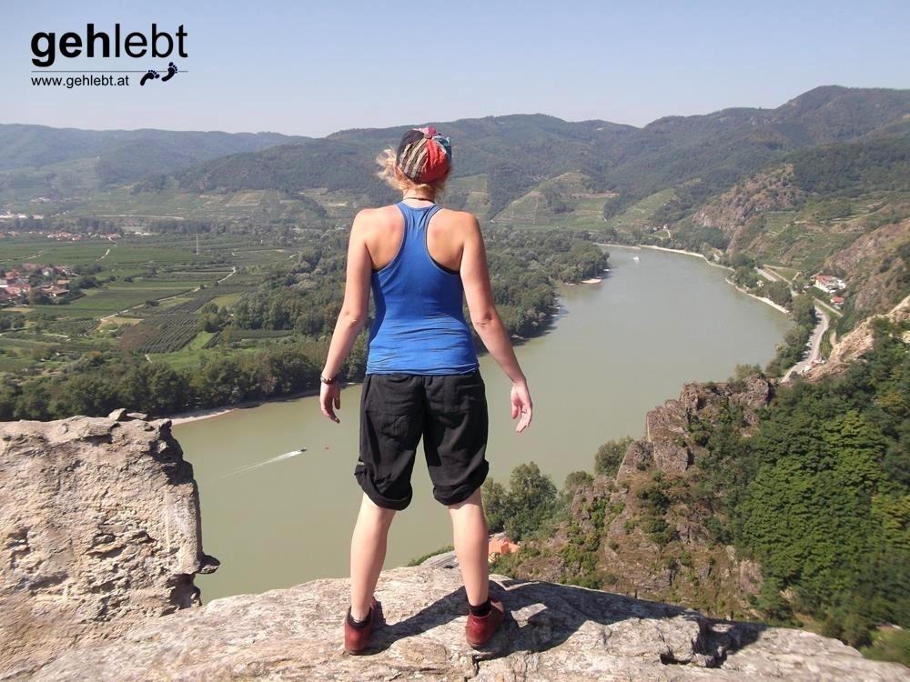 Alina genießt auf der Ruine Dürnstein die Donaubrise.