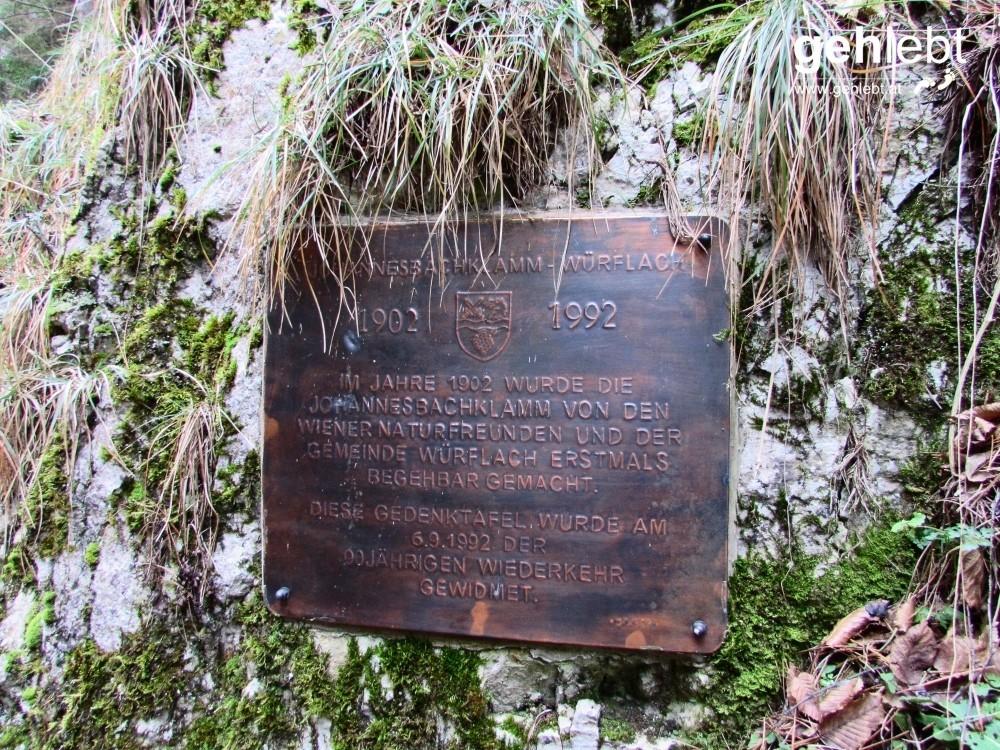 Eine Tafel informiert vor Begehung der Klamm über die Entstehungsgeschichte.