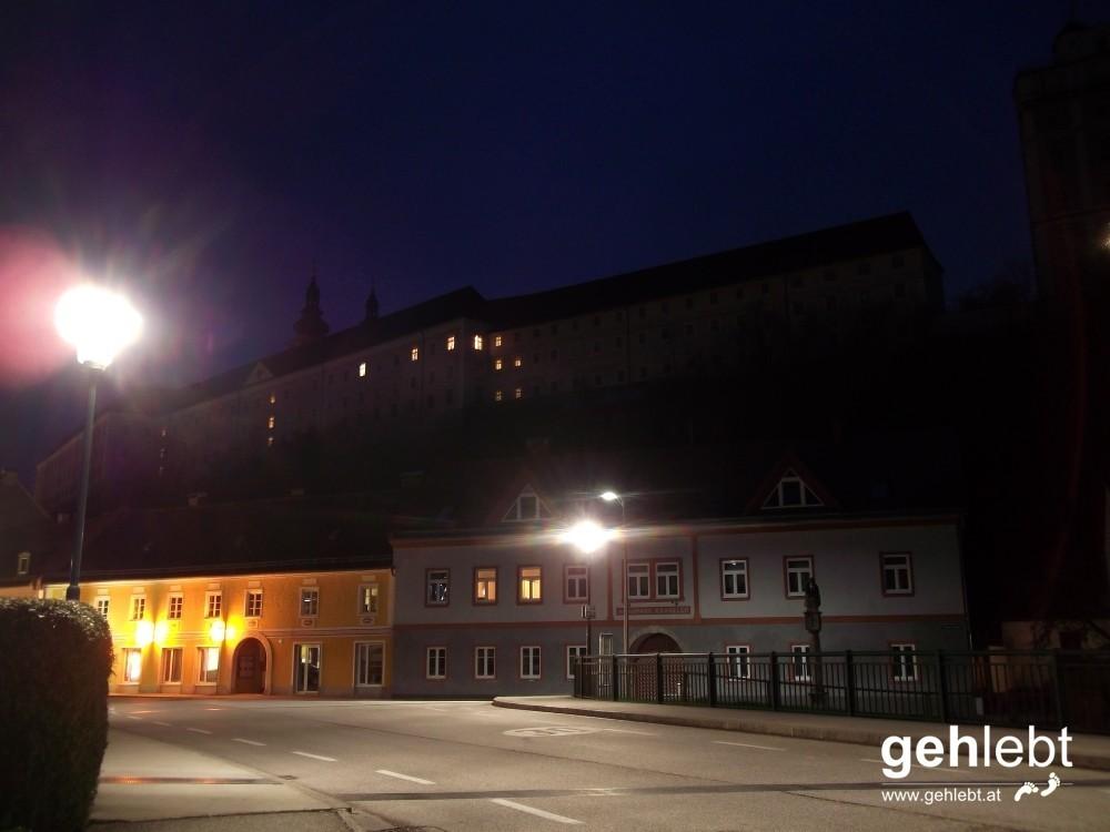 Kremsmünster bei Nacht - Stift Kremsmünster vom Marktplatz
