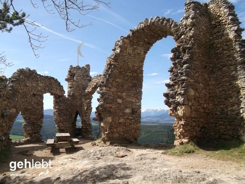 Eine Ruine, die eine sein sollte, und eine ist.
