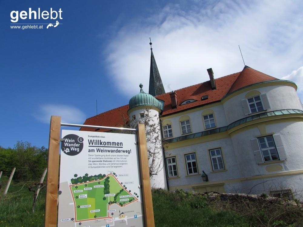 Die erste Tafel kennzeichnet den Beginn des Wein Wander Weges und befindet sich an der Rückseite des Deutschordensschlosses.