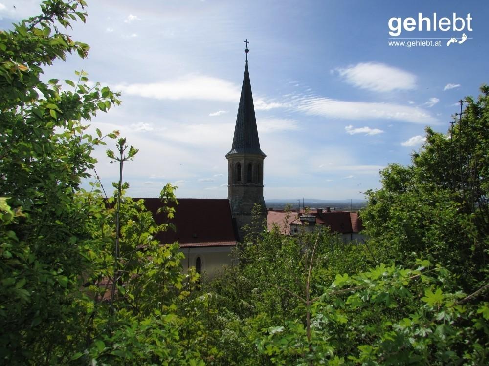 Die Pfarrkirche St. Michael prägt das Landschaftsbild am Wein Wander Weg.