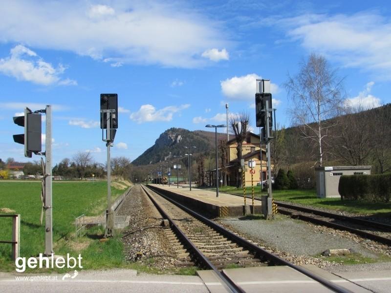 Am Bahnhof Scheiblingkirchen werden gleich nach wenigen Metern die Gleise der Asphangbahn gequert.