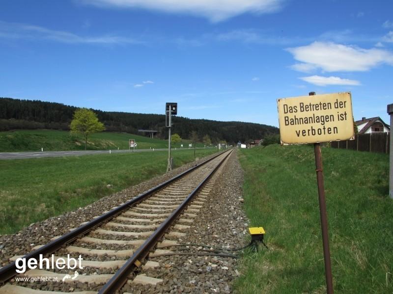 Die zweite Gleisquerung der Aspangbahn folgt in Gleißenfeld.