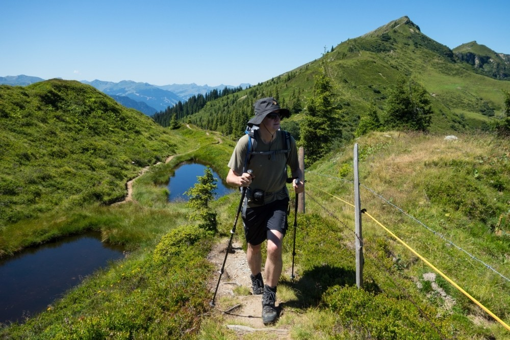 Christof steigt über die Grasberge der Salzburger Schieferalpen. (Foto: Stephanie Spörl)
