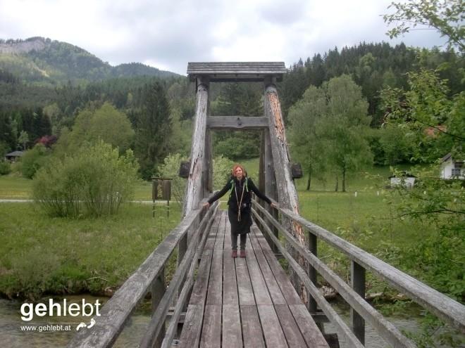 Wieder etwas lockerer bekleidet überqueren wir die Schwarzach bei Schwarzau im Gebirge.
