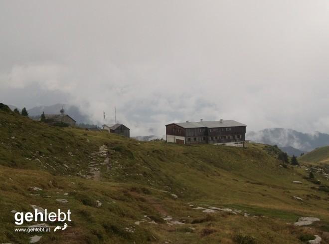 Das Ziel bald vor Augen, blicken wir auch das Freschenhaus am Hohen Freschen in Vorarlberg zurück.