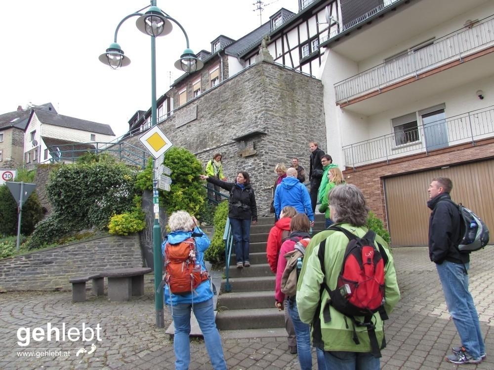 Unsere Wanderführerin von der Mosellandtouristik motiviert uns zu einem Seitensprung. Aber nur am Moselsteig.