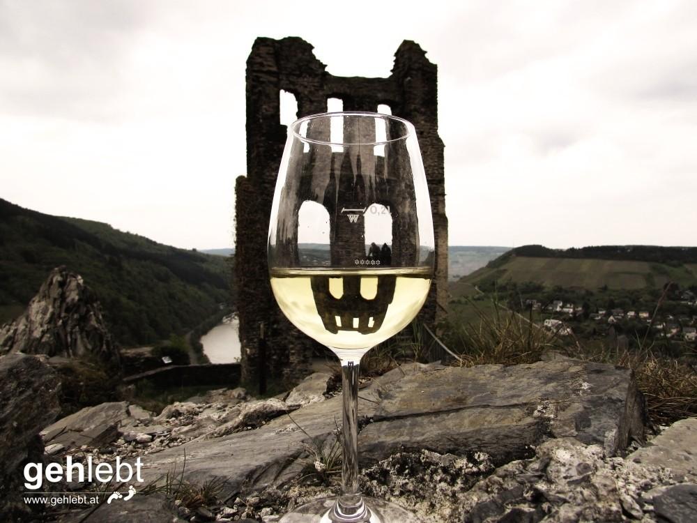 Die Welt steht Kopf auf der Ruine Grevenburg - jedenfalls im Weinglas.