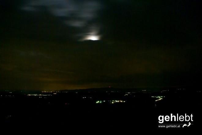 Im Südwesten zeigt sich der Mond nur sekundenweise.