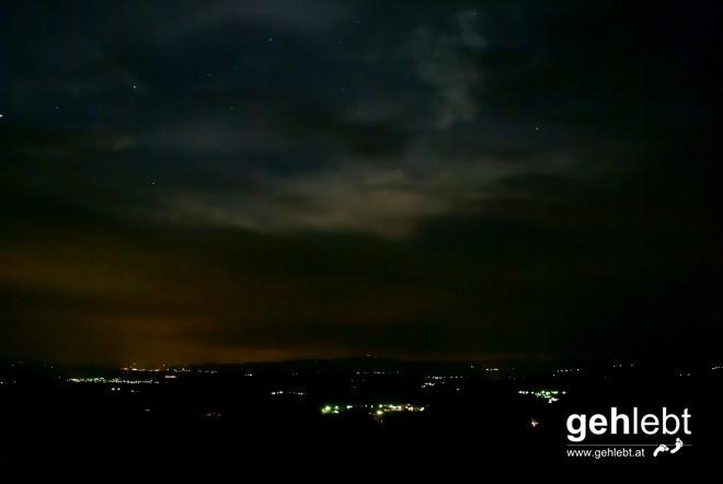 Zur späteren Stunde reißt der Himmel leicht auf und lässt einen Blick auf das Himmelszelt zu.