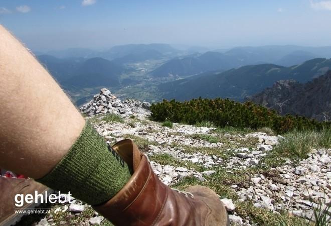 Nach der Begehung des Novembergrats - leichte Kletterei - am Schneeberg. Erst mal den Schuh lockern.
