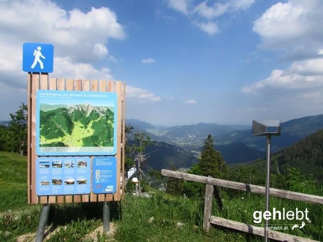 An der Edelweißhütte ist der Weitwanderweg Wiener Alpenbogen präsent.