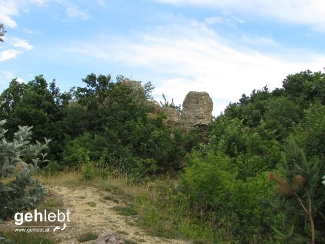 Kein Teil der Ruine, sondern Teil der kleinen Felsformation am Friedhofsberg.