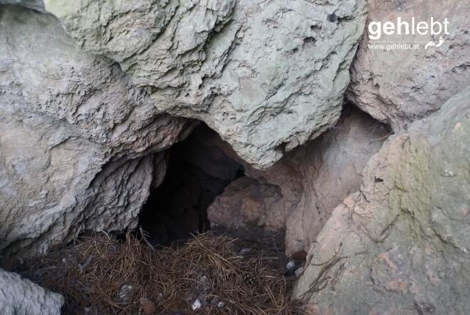 Hier könnte man entgegen dem warmen Luftstrom in die Höhle kraxeln...könnte.