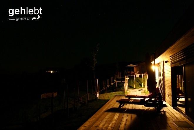 Nächtlicher Blick von der Terrasse Weinhaus 02, im Hintergrund scheinen die Lichter vom Buschenschank Freißmuth.