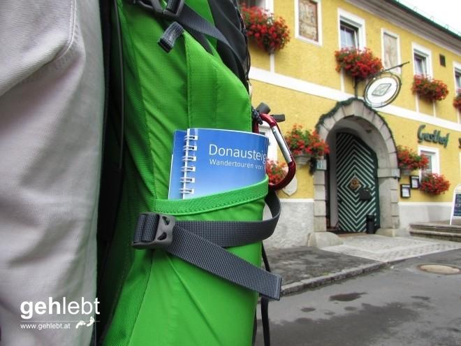 Unterwegs mit einem treuen Begleiter, dem Donausteig-Wanderbuch.