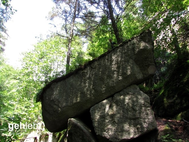 Ein imposanter Felsbrocken kam uns am Rückweg in der Klamm zu Gesicht.