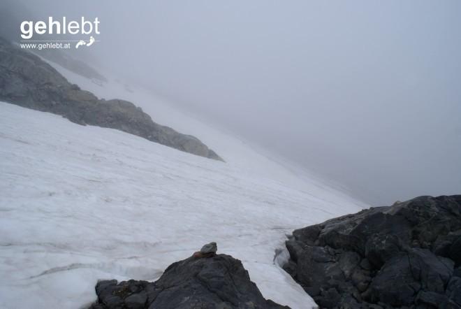 Das zusammengeschrumpfte Steinmännchen markiert den Start zum Gletscher, ein weißer Punkt ebenfalls (hier nicht ersichtlich). Jetzt geht's über den Gletscher.