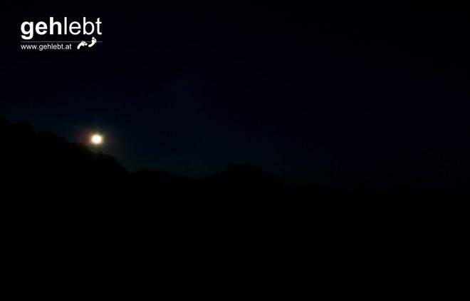 Der Mond steht über den Bergen des Rätikons, der wolkenlose Nachthimmel sagt jetzt schon alles...